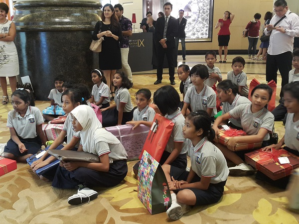 Kids Waiting in Excitment for Xmas Gifts - Starhill Gallery