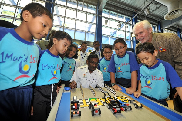 YB Dato' P.Kamalanathan and Mark Germyn  witnessing the STEM Program at Build and Test