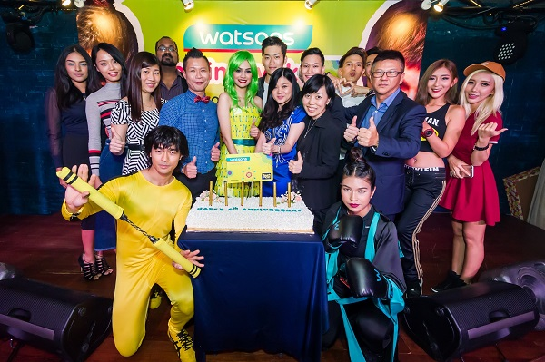 Caryn, Danny and management of Watsons Malaysia together with Watsons celebrity friends in the cake cutting ceremony to celebrate Watsons VIP Card members 6th anniversary.