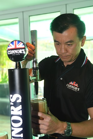 alvin-yap-draught-beer-services-manager-of-carlsberg-malaysia-taps-the-perfect-pint
