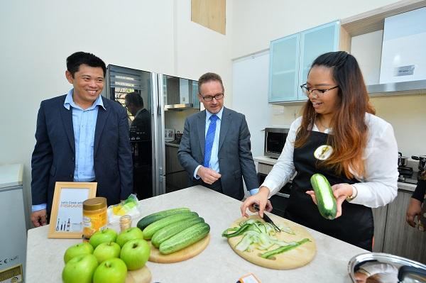 chong-khee-min-h-e-petri-puhakka-looking-on-at-the-cooking-demonstration-using-fiskars-kitchen-tools